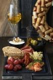 Тарелка под вино (маслины/оливки, артишоки маринованные, парма, лосось слабосоленый, сыр креметта, орехи, виноград, хлеб) - 950 р.