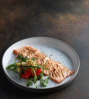Кафе-бар Riverside. Обожженный лосось с зелёным салатом